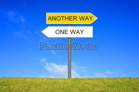 wegweiser zeigt einen weg oder einen