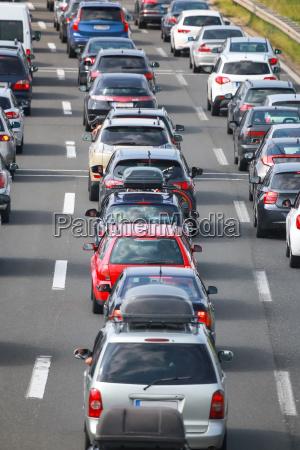 rueckansicht des staus von aufgereihten autos