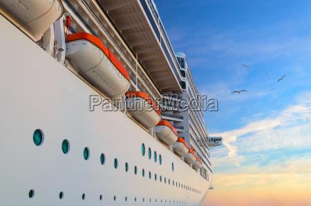luxus passagierschiff cruise liner bei sunrise