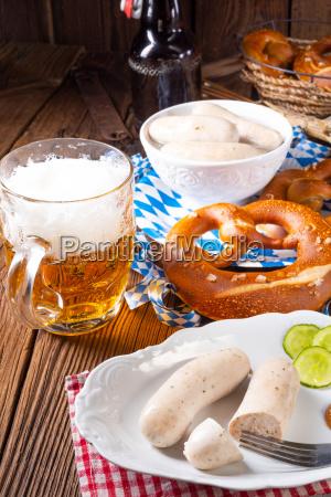 leckere bayerische oktoberfest weisswurst mit suessem