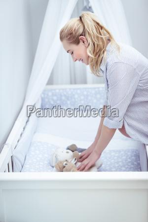 glueckliche schwangere frau