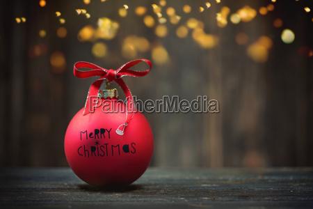 rote weihnachtsbaelle auf hoelzernem hintergrund