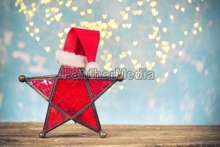 roter stern der weihnachtslampe mit weihnachtshut