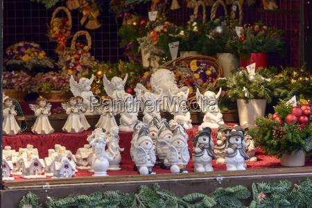 kleine vintage statuen auf dem weihnachtsmarkt