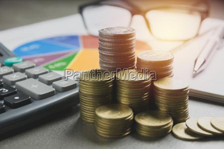 aktienfinanzindizes mit stapelmuenze finanzmarkt in der