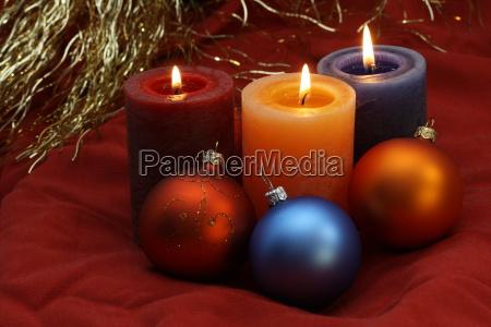 weihnachten drei farbige kerzen