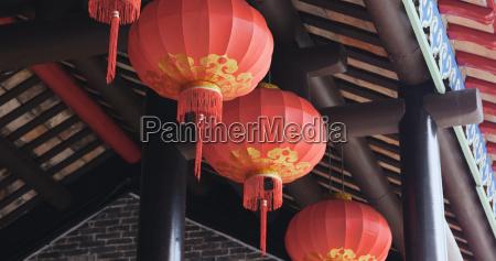 chinesische laterne haengt im freien