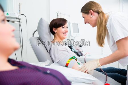 krankenschwester in drop in abteilung nimmt