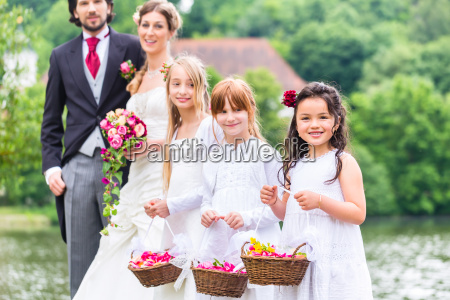 hochzeitsbrautjungfernkinder mit blumenkorb