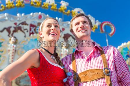 couple besucht bayerische messe mit spass