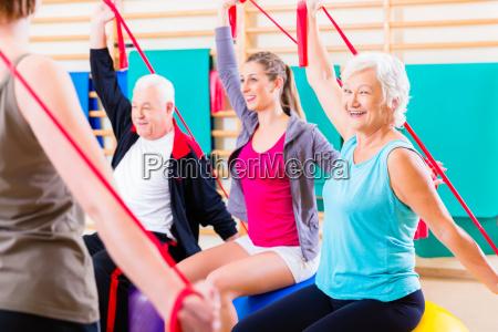 senioren beim fitness kurs im fitnessstudio
