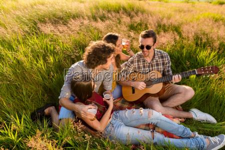 junge leute sitzen zusammen im gras