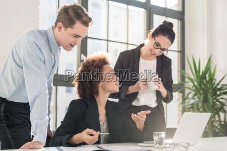 junger weiblicher angestellter der um rat