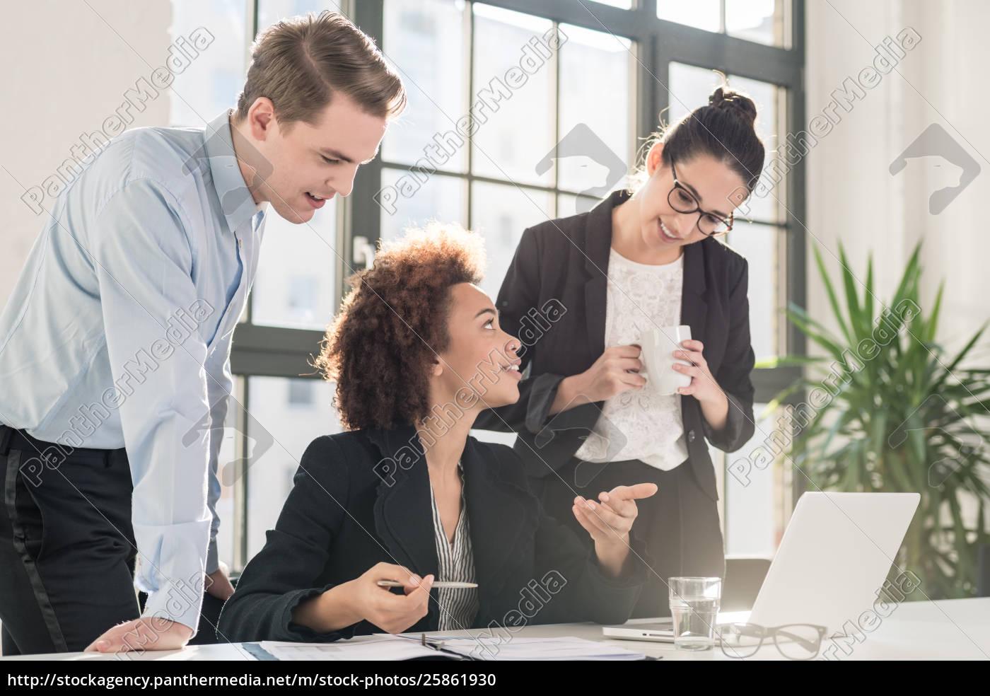 junger, weiblicher, angestellter, der, um, rat, ihre - 25861930