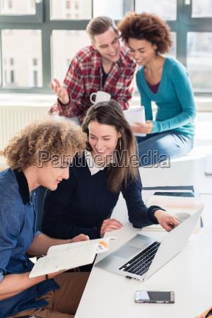 zwei junge studenten auf der suche