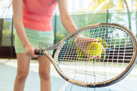 nahaufnahme des hochwertigen tennisschlaegerei einer professionellen