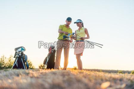 golflehrer der einer jungen frau beibringt