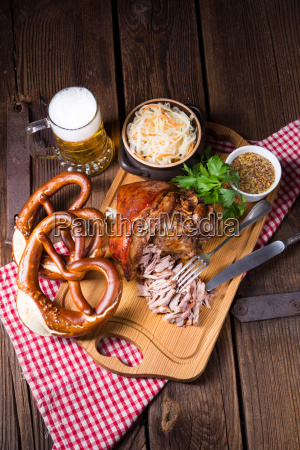 knusprig gebratene bayerische schweineknoechel mit weichem