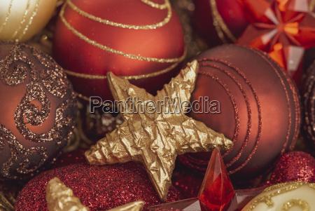 goldene sterne und rote weihnachtskugeln