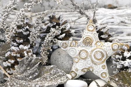 weisser weihnachtsstern mit goldener dekoration auf