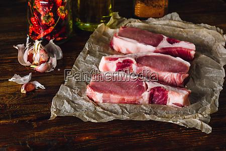 raw pork loin steaks mit gewuerzen