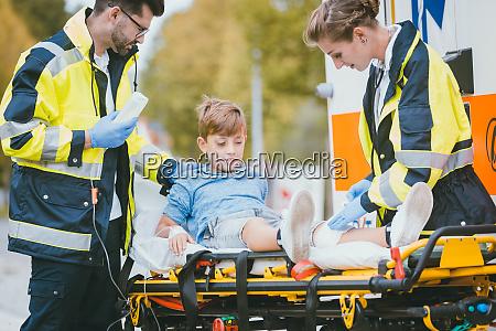 mediziner die verletzten jungen auf bahre