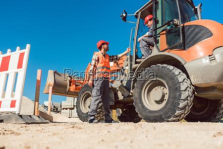 bauarbeiter starten strassenarbeiten vor ort