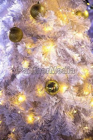 nahaufnahme dekoriert outdoor weissen weihnachtsbaum mit