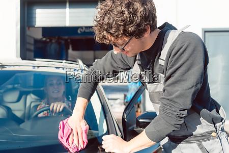 fleissiger servicemann hilft frau beim reinigen