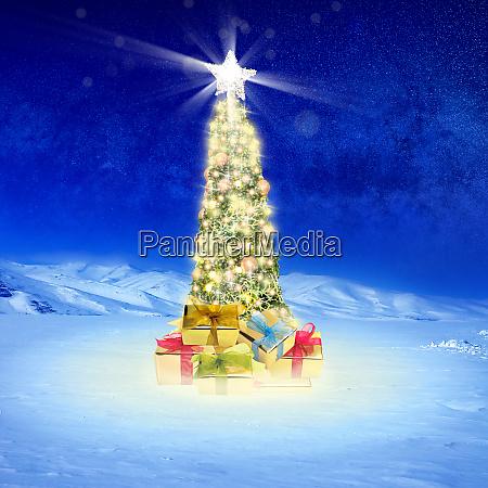 konzeptbild des geschmueckten weihnachtsbaums mit bunten