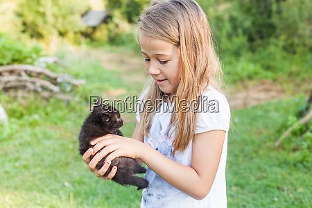 glueckliches kleines maedchen mit kitten