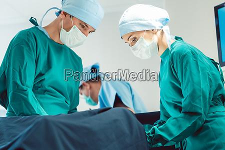 aerzte und chirurgen operieren patient im