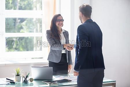 geschaeftsfrau die haende mit ihrem partner