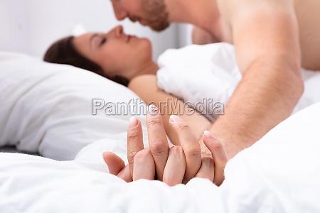 ehepaar liegt auf dem bett