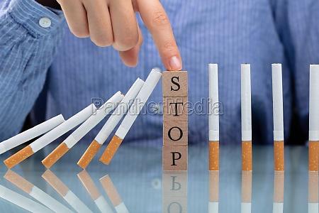 frau haelt zigarette von falling auf