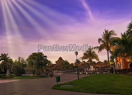 sonnenuntergang ueber kubaner park in varadero