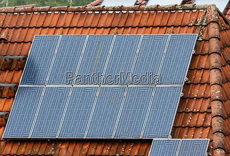 dach eines hauses mit photovoltaikanlage