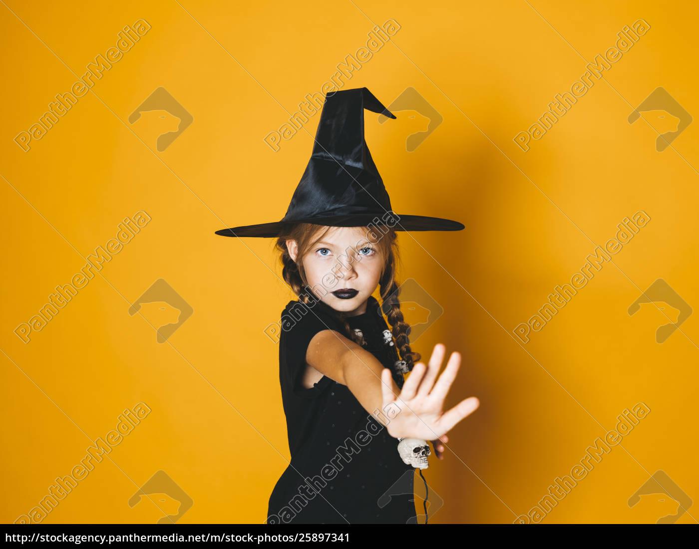 Stockfoto 25897341 Junge Halloween Hexe Auf Orangefarbenem Hintergrund Mit
