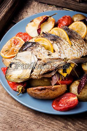 fisch mit gemuesegarnitur gebacken