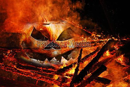ein gruseliger halloween kuerbiskopf im feuer