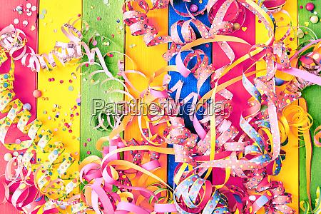 bunter karnevalshintergrund mit auslaeufern