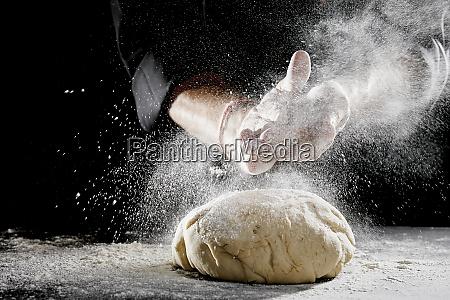 mann der weisses mehl ueber klecks