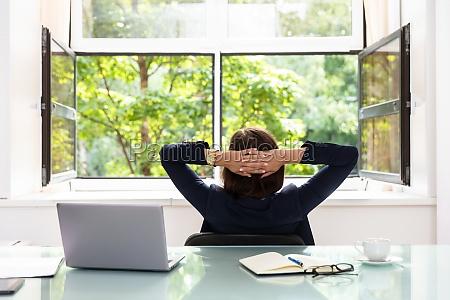 entspannte geschaeftsfrau sitting im amt