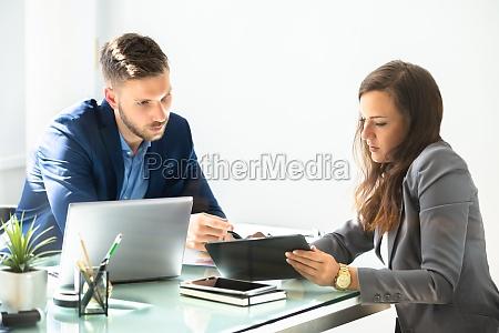 zwei wirtschaftler die digital tablet verwenden