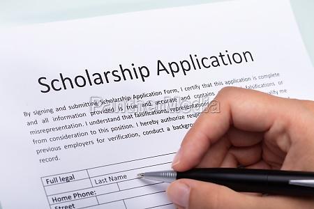 person fuellt stipendienformular aus