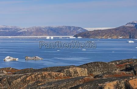 blick ueber arktische gewaesser zum groenlaendischen