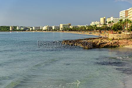 cala millor beach boardwalk sonnenschirme mallorca