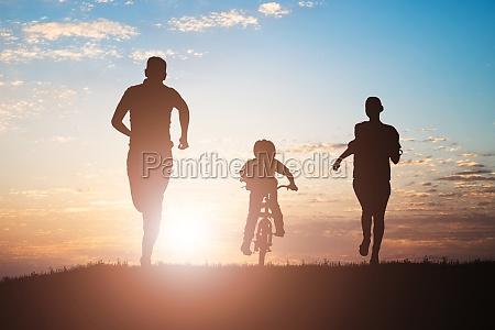 eltern laufen mit ihrem kind mit