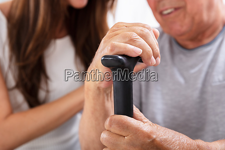 vater and daughter es hand on