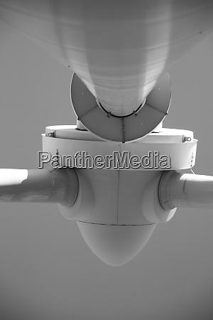 nahaufnahme der rotorblaetter auf einer windmuehle